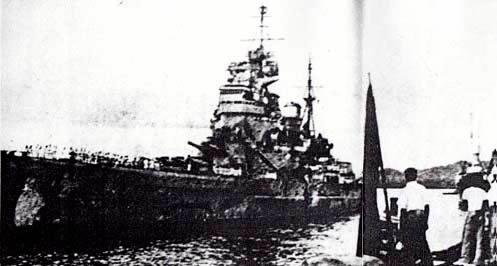 シンガポール軍港における英戦艦「プリンス・オブ・ウェールズ」(上)と ... マレー沖海戦――不