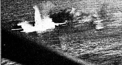 小沢部隊の軽空母「千歳」が米雷撃機隊の攻撃をうけて爆発をおこしで沈没する寸前の光景 エンガノ岬の