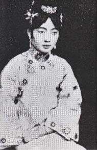 皇后 埦容(えんよう) 日本の敗戦で脱出の時に行き別れ、翌年吉林で病死... 愛新覚羅・溥儀皇帝
