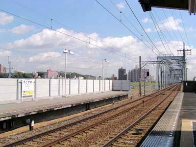 京成小岩方向の写真。線路が上ってきったところに高架駅の江戸川駅がある。... 京成高砂~江戸川駅